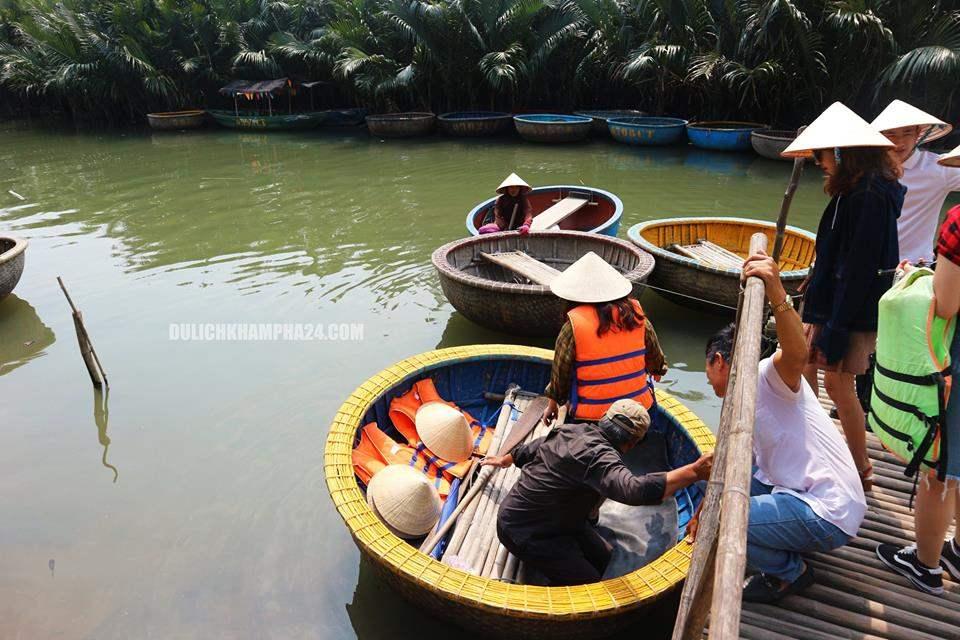 Lúc bắt đầu lên thuyền thúng để đi ra rừng dừa